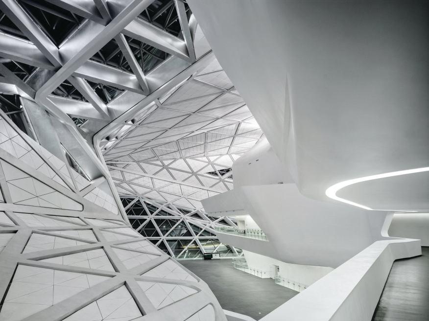 Zaha Hadid在中国广州歌剧院的四层大堂的俯视图,其蜿蜒的形状是由计算机生成的。